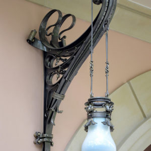 Artistieke smeedijzeren hanglamp met sierlijke krullen