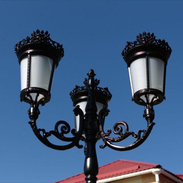 """Lamppost, street lamp """"Paris-Royal""""; 3 lanterns H388 detail top"""