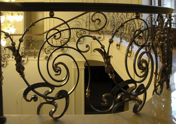 """Smeedijzeren balustrade met houten leuning """"Dance"""" detail 2"""