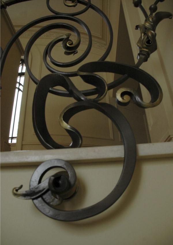 """Smeedijzeren balustrade met houten leuning """"Dance"""" detail"""