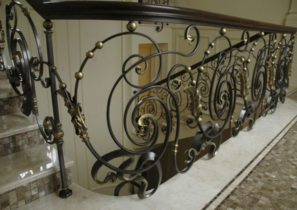 """Smeedijzeren balustrade met houten leuning """"Dance"""" detail boven"""