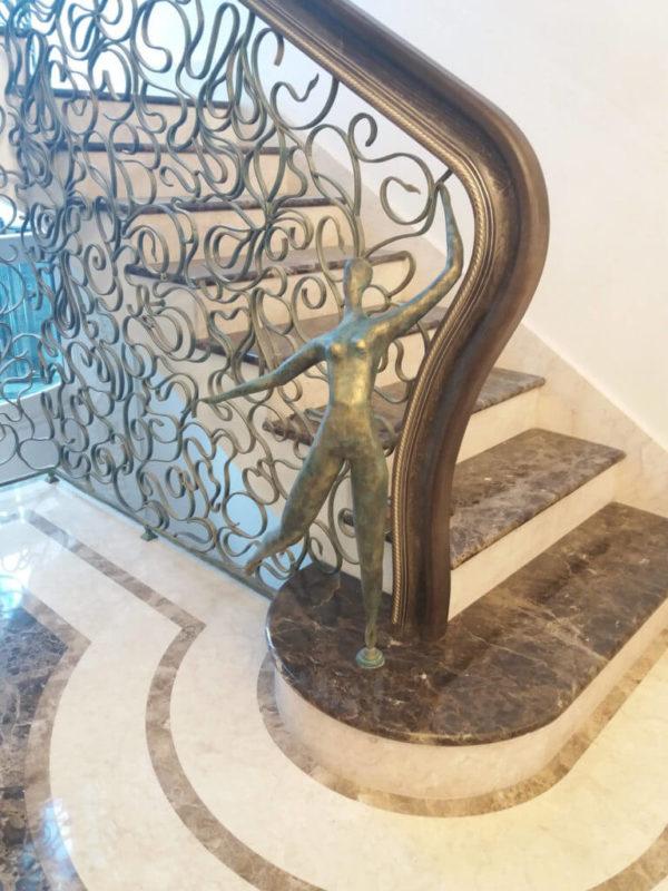 "Smeedijzeren balustrade met houten leuning ""Spinnenweb"" detail"
