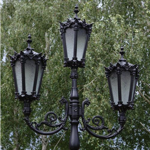 """Lantaarnpaal, straatlantaarn """"Orchidee""""; 3 lantaarns H374 sfeer detail"""