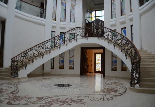 """Smeedijzeren balustrade met houten leuning en decoratief glas """"Murano"""" sfeer"""