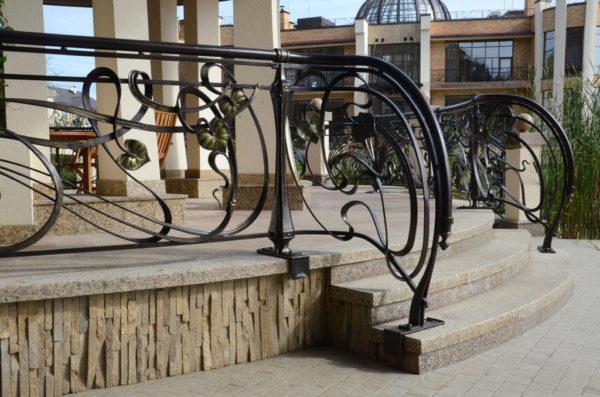 Smeedijzeren terrashek 'Art Nouveau' sfeer